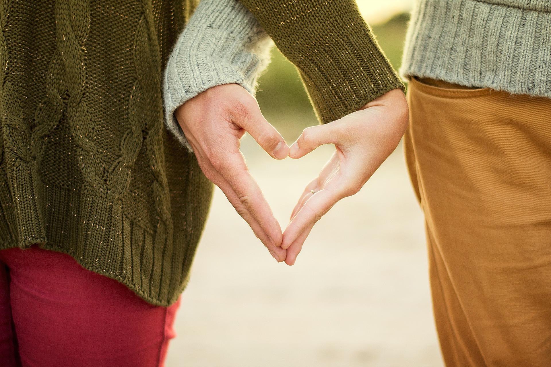 Kahden ihmisen kädet yhdessä muodostaen sydänkuvion.