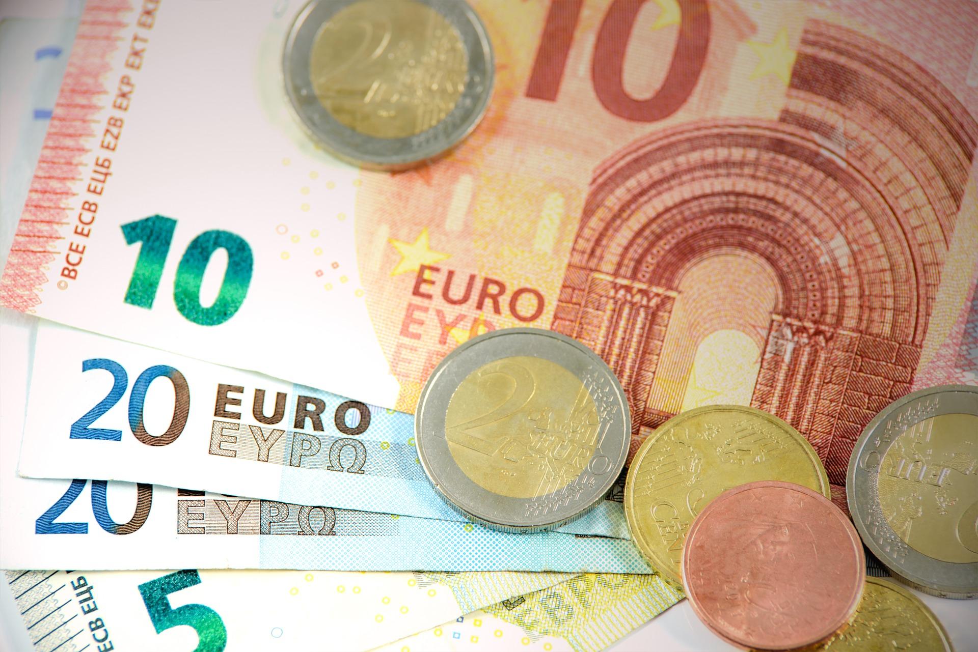 Euroseteleitä ja kolikoita.