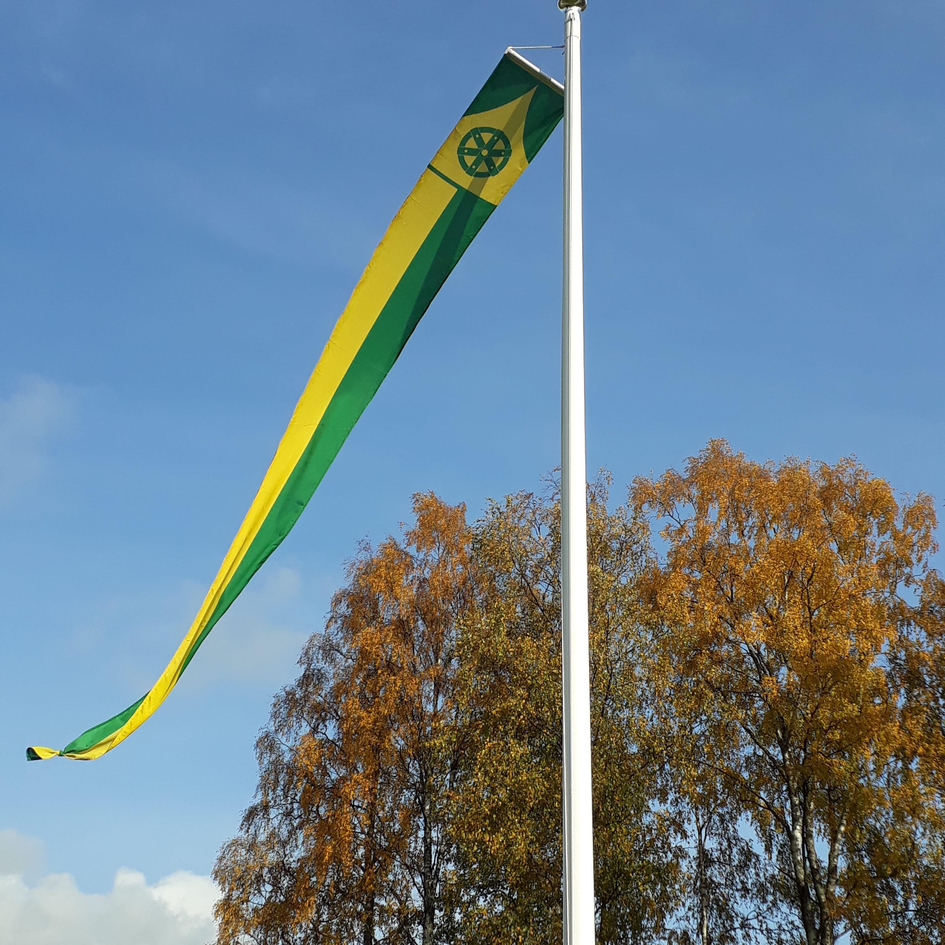 Uuraisten kunnan viiri liehuu lipputangossa.