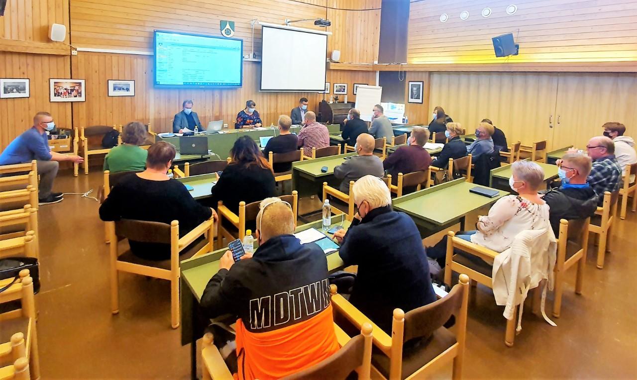 Uuraisten kunnanvaltuuston jäsenet kokoustamassa kunnanviraston salissa.